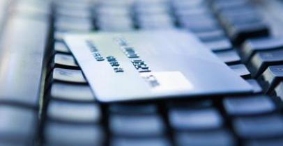 Carte bancaire sur un clavier