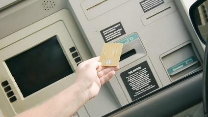 Carte bancaire et distributeur