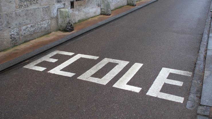 marquage au sol à l'abord d'une école
