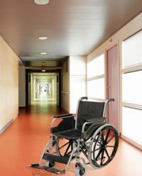Chaise roulante dans un couloir d'hôpital
