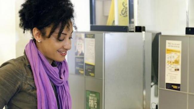 Une femme dans un point de vente Western Union
