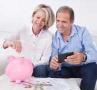 Un couple âgé calcule son épargne