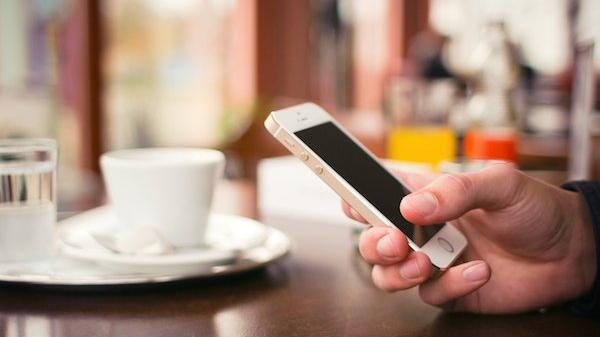 iPhone au café