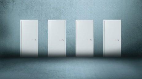 Quatre portes sur fond gris