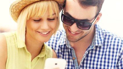 Jeune couple utilisant un mobile