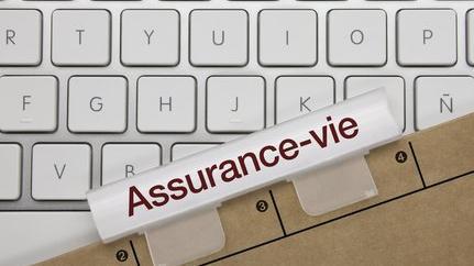 Dossier assurance-vie sur un clavier d'ordinateur