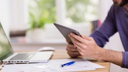 Un homme consultant son compte en ligne
