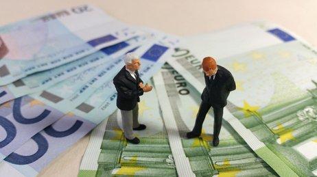 Un homme et son conseiller financier