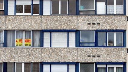 """Une affiche """"à vendre"""" sur un immeuble"""