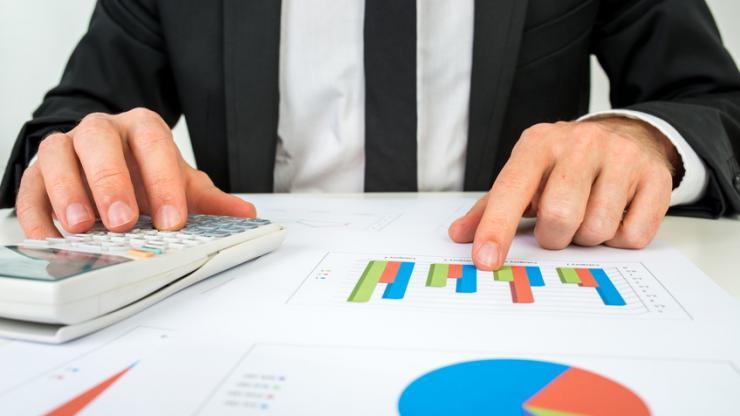Banquier analysant des statistiques