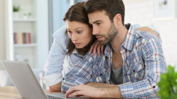 Un couple remplissant un formulaire sur ordinateur