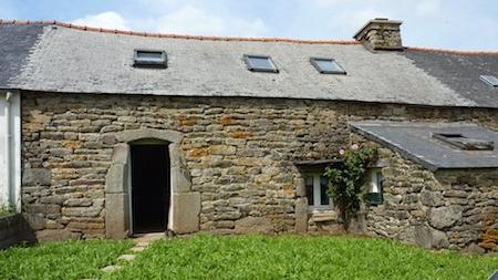 Façade de maison ancienne à Ploenez (Brennilis) en Bretagne