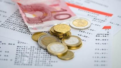 Des pièces sur un relevé bancaire