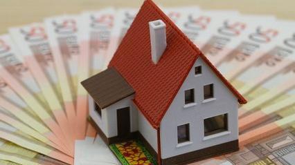 Une maison et des billets
