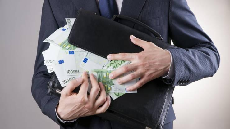 Une homme et une valise pleine de billets