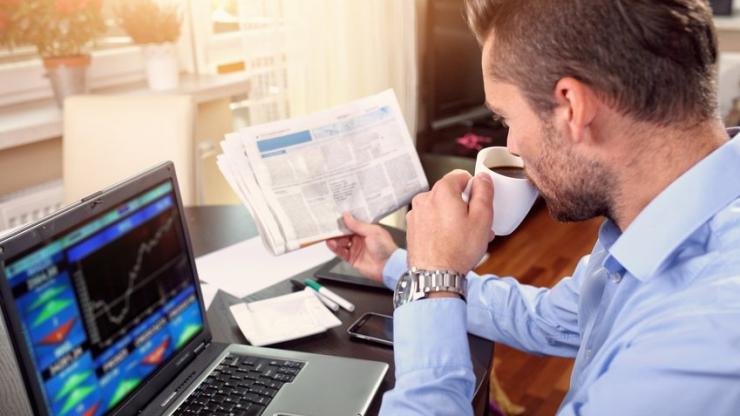 Un homme regardant un site de bourse en ligne