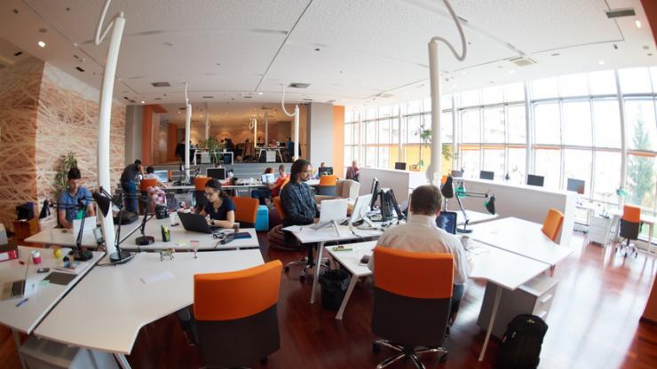 Des salariés dans un bureau