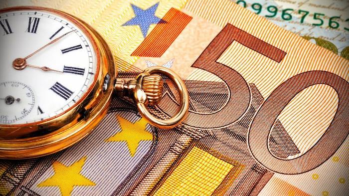 Une vieille montre sur un billet