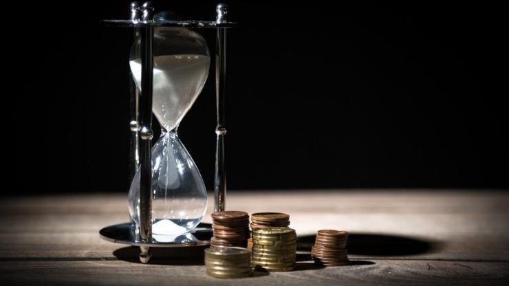 Un sablier et des pièces de monnaie