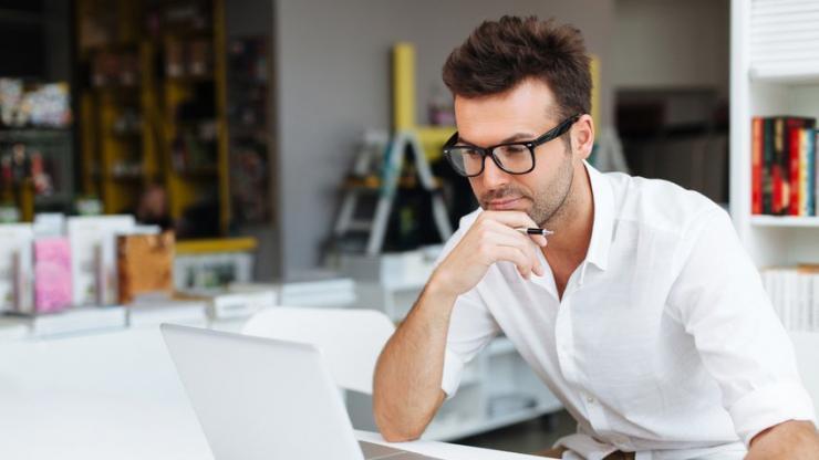 Un homme regardant son compte en ligne