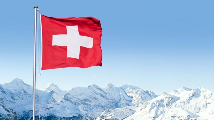 Drapeau suisse et paysage alpin