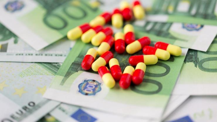 Des médicaments sur des billets