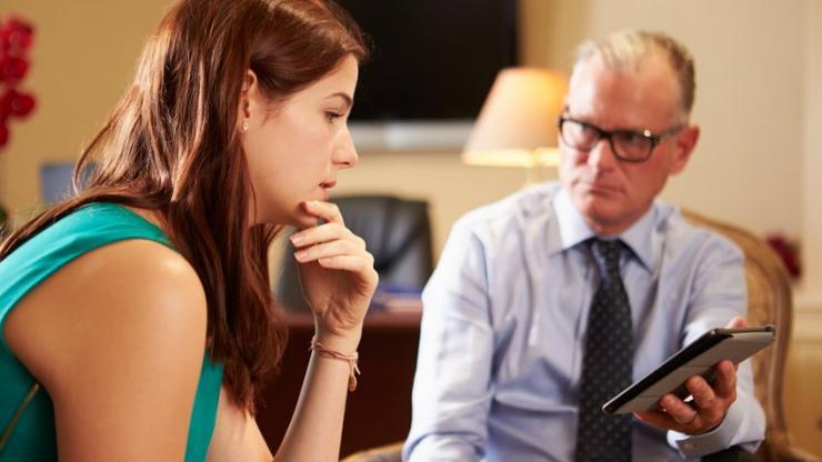 Une femme et son conseiller financier