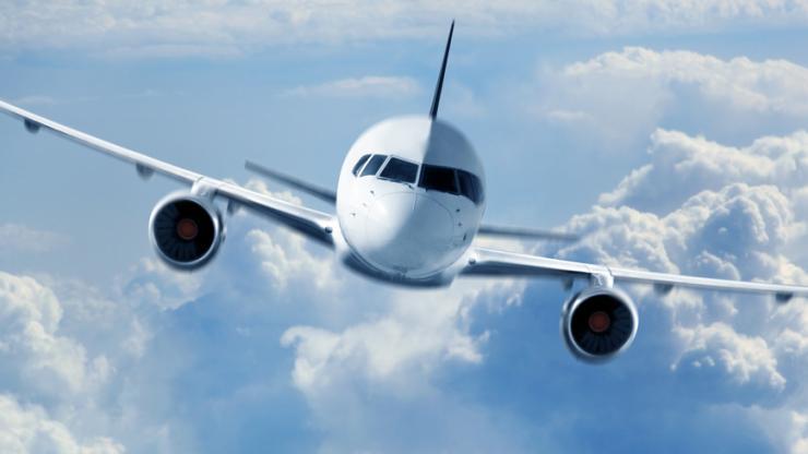 Avion dans un ciel nuageux