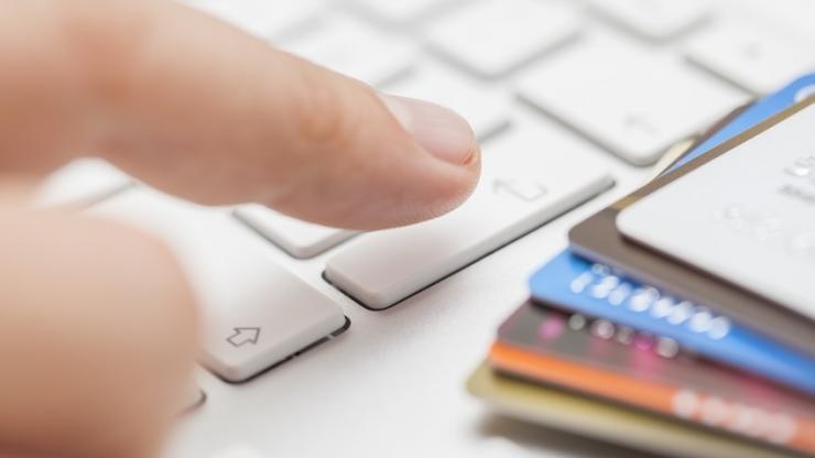 Cartes bancaires et clavier d'ordinateur