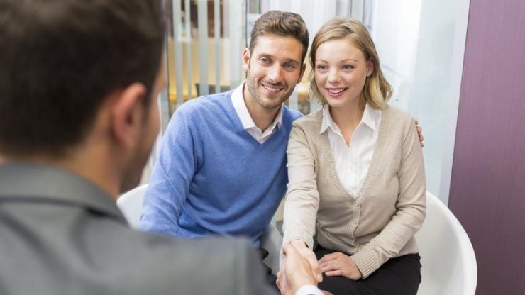Jeune couple face à son conseiller