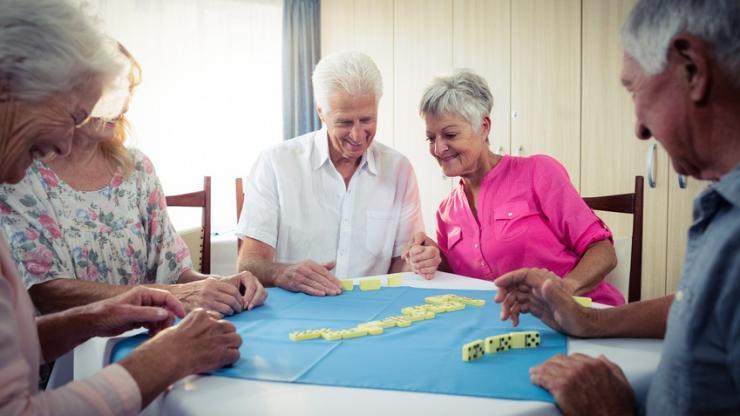 Des seniors jouant aux dominos