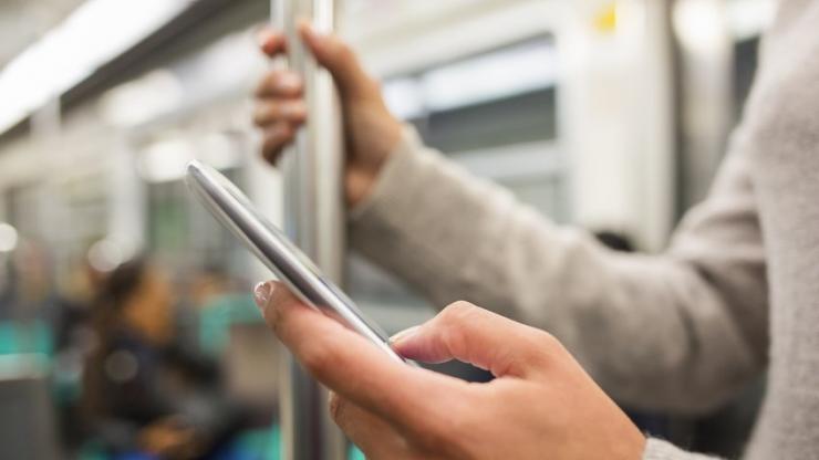 Une femme sur mobile dans le métro