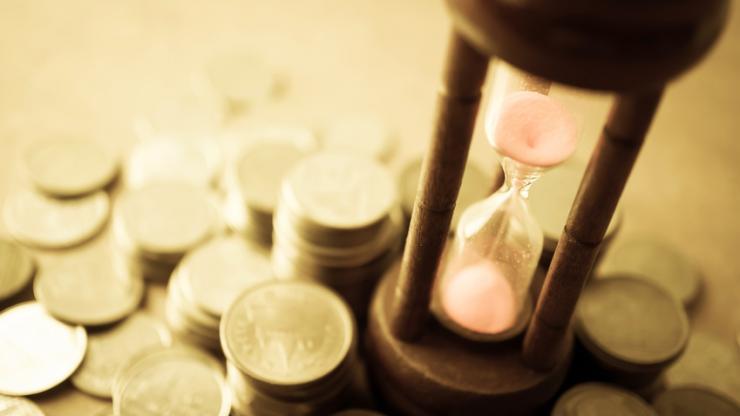 Sablier et pièces de monnaie