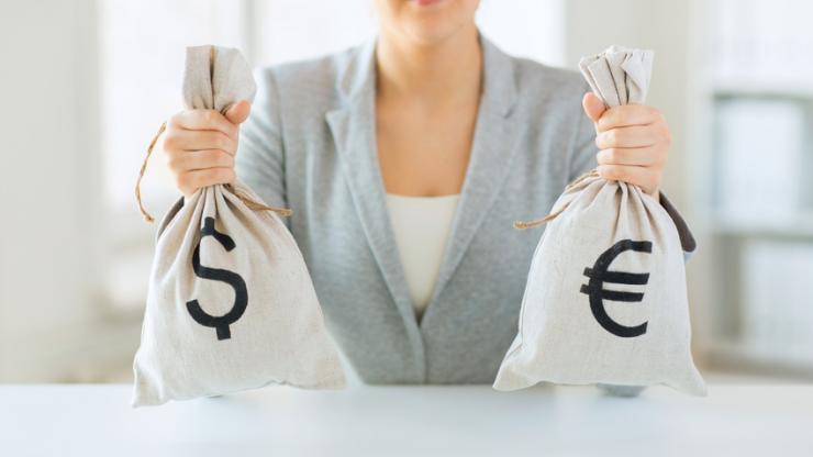 Femme tenant des sacs pleins d'argent