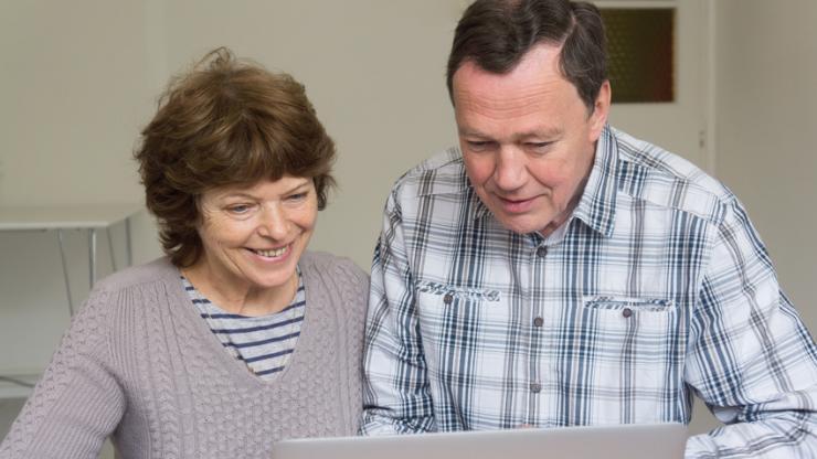 Des retraités devant un ordinateur