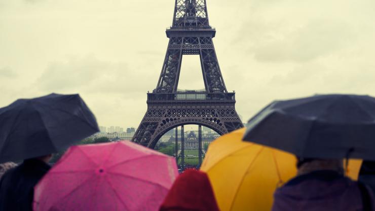 Parapluies au pied de la Tour Eiffel à Paris
