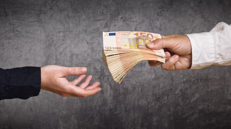 Une personne qui donne de l'argent