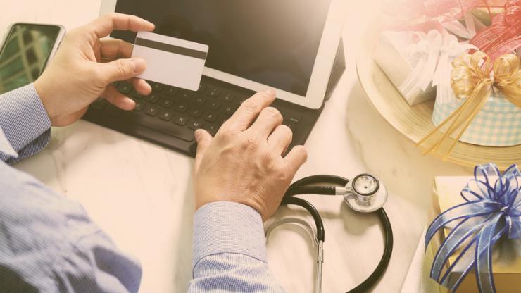 Médecin utilisant une carte et une tablette