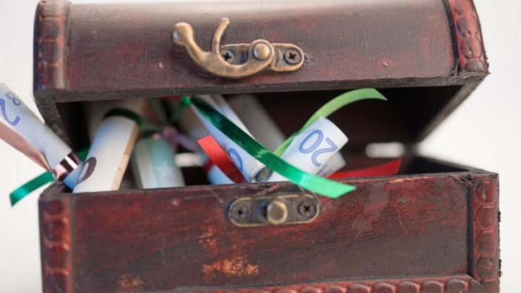 Un vieux coffre et des billets