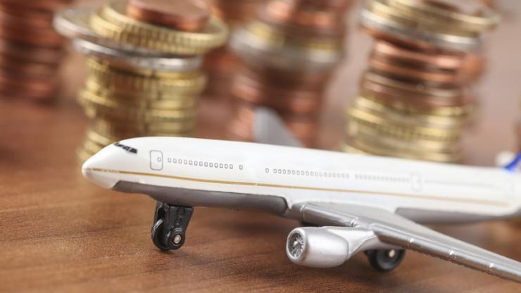 Un avion et des pièces d'euro