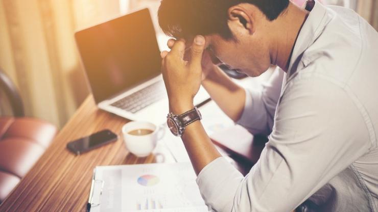 Businessman concentré sur son travail