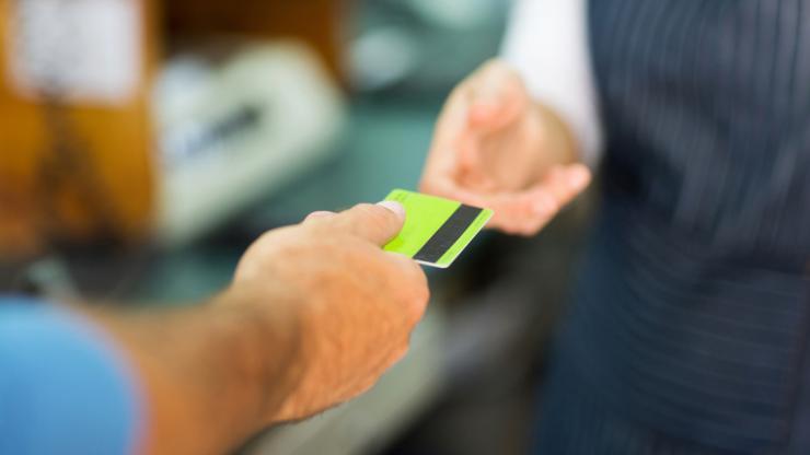 Un client paye avec sa carte bancaire