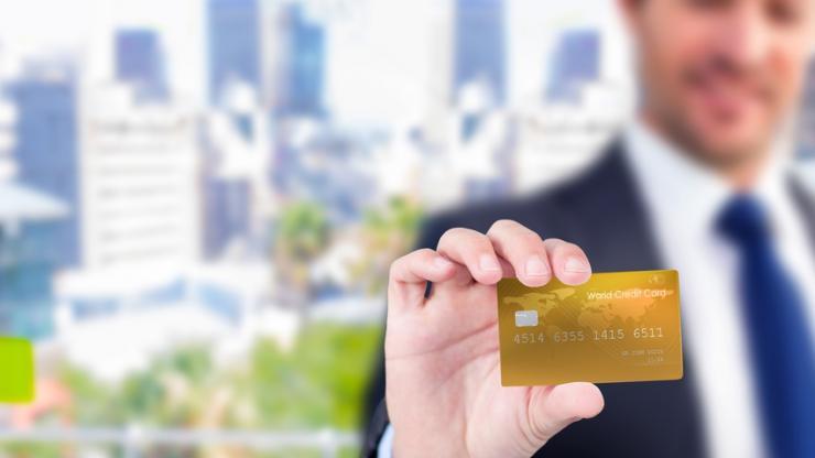 Professionnel carte bancaire en main