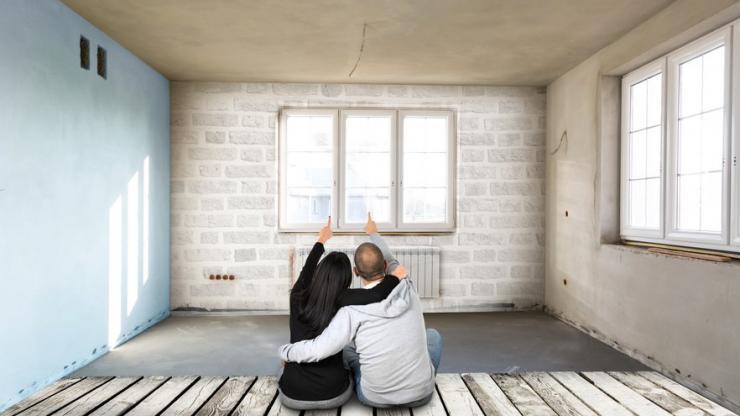 Une femme et un homme dans leur nouveau logement