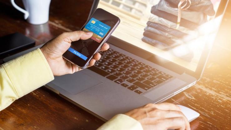 Homme payant un achat en ligne avec son mobile