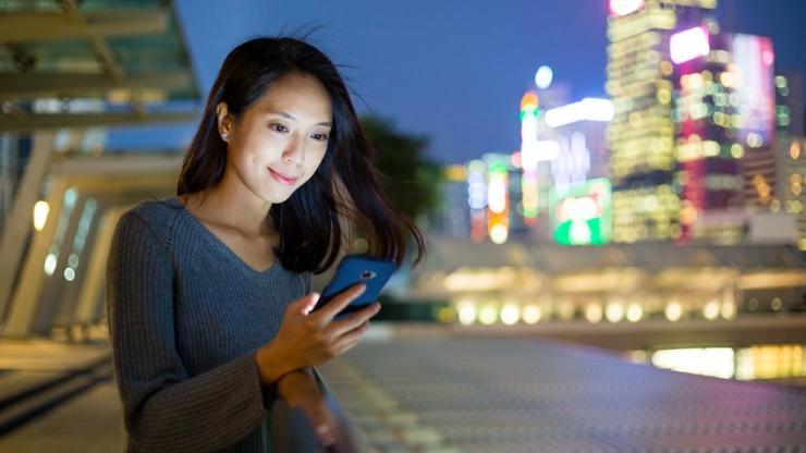 Femme utilisant son smartphone
