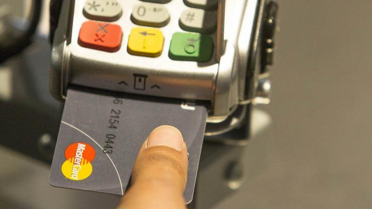 Paiement avec une carte bancaire MasterCard biométrique