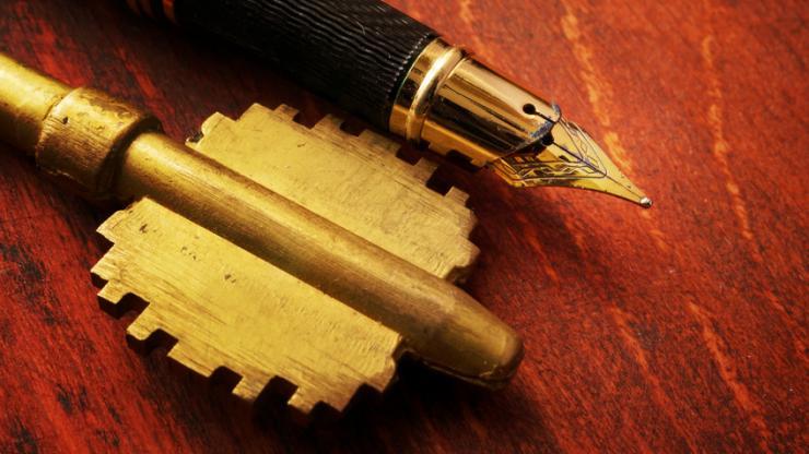 Une clé et un stylo