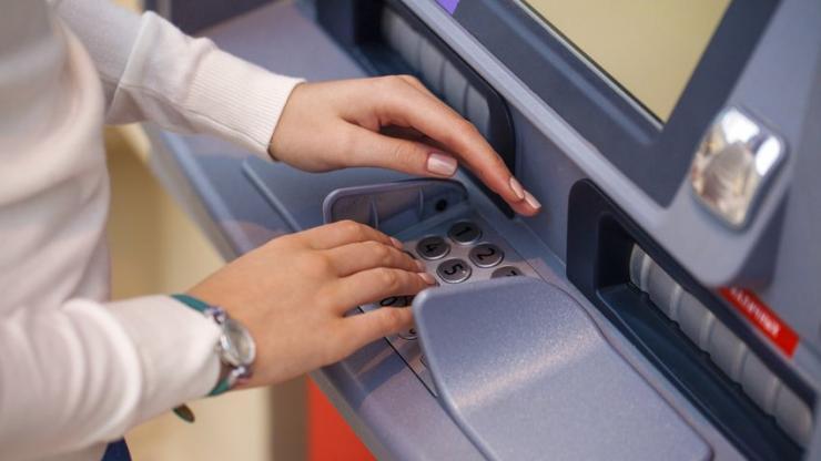 Entrée d'un code sur un distributeur automatique de billets
