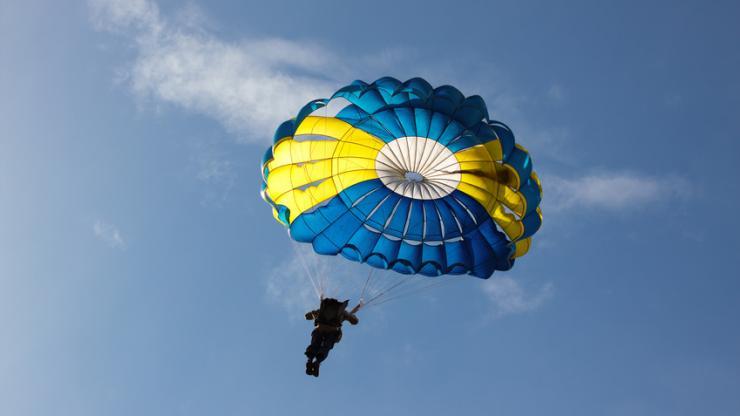Un homme en parachute